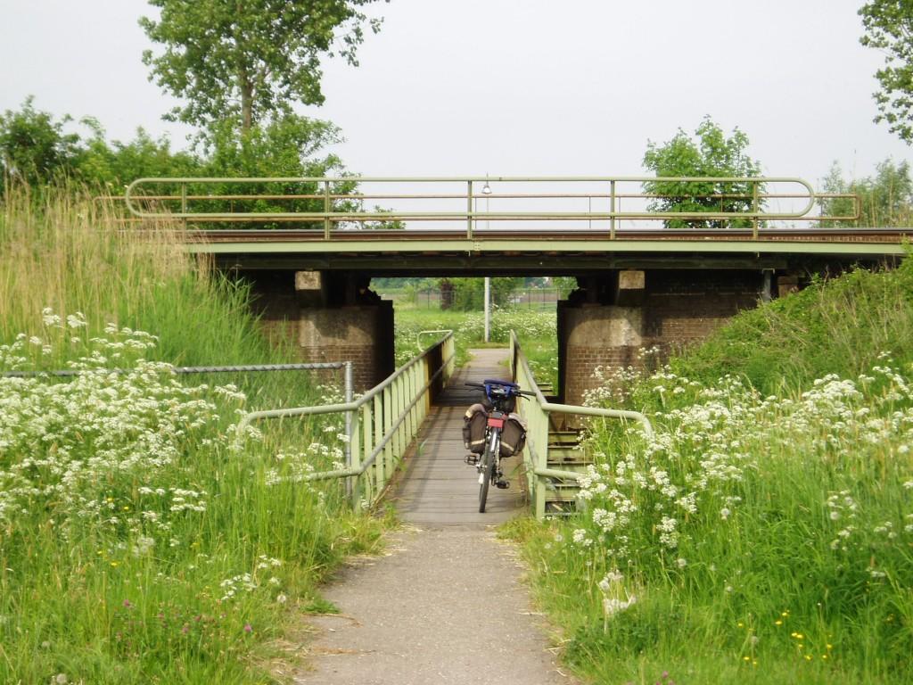 Het spoor ten zuiden van Culemborg kan samen met een waterloop worden gekruist.
