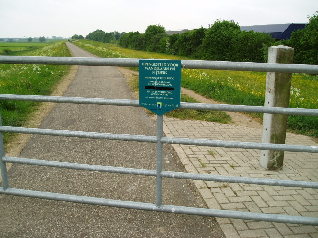 Een heel letterlijke barrière, maar deze, op de IJsseldijk bij Velp, kan voor fietsers open.