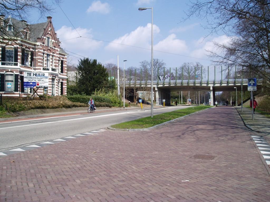 De A12 verstoort de fietsroute over de Velperweg nauwelijks dankzij doorgaande woonbebouwing, een open viaduct en transparante geluidschermen
